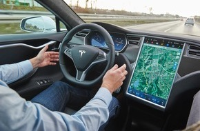 """ADAC: Ein Assistent ist kein Pilot / ADAC überprüft """"Autopiloten"""" des Tesla Model S / Autofahrer muss während der gesamten Fahrt in der Verantwortung bleiben"""