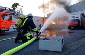 Feuerwehr Essen: FW-E: Feuer in Lagerhalle in Essen-Altenessen