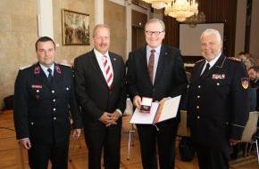 Deutscher Feuerwehrverband e. V. (DFV): Engagement der öffentlichen Versicherer gewürdigt / Deutsches Feuerwehr-Ehrenkreuz für Ulrich-Bernd Wolff von der Sahl