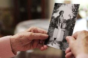 DFV Deutsche Familienversicherung AG: Welt-Alzheimertag 2015: Rechtzeitig vorsorgen, um in Würde altern zu können / 40.000 Neuerkrankungen pro Jahr bestätigen Bedeutung von Pflegevorsorge / Pflegereform streut den Menschen Sand in die Augen