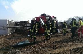 Feuerwehr Arnsberg: FW-AR: Arnsberger Feuerwehr befreit LKW-Fahrer aus umgestürztem Fahrzeug