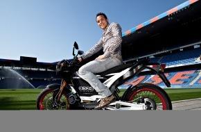 """Migros-Genossenschafts-Bund: Un gagnant de marque au jeu """"m-way"""" Le footballeur professionnel Philipp Degen (27 ans) enfourche un deux-roues électrique"""