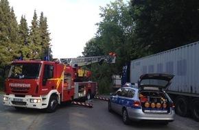 Freiwillige Feuerwehr Lage: FW Lage: Baum auf Wohnmobil und Straße