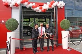 """KIA Motors Deutschland GmbH: AutoCenter Heinz in Mainz eröffnet Kia-Autohaus im markanten """"Red Cube""""-Design der Marke"""