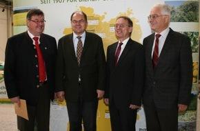 Deutscher Imkerbund e. V.: Bienen sind unverzichtbar für Ökosystem Bundesminister Schmidt besucht 66. Deutschen Imkertag in Schkeuditz