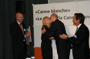 """Schweiz. Zentralverein für das Blindenwesen SZB: SZB: Stiftung """"Zugang für alle"""" mit Auszeichnung """"Canne blanche"""" geehrt"""