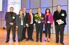 Deutsche Gesellschaft für Schmerzmedizin e.V.: Dr. Oliver Emrich erhält Ehrenpreis des Schmerzpreises / Unermüdliches Engagement für eine bessere Versorgung