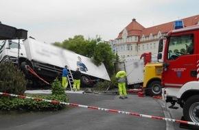 Feuerwehr Arnsberg: FW-AR: Fahrerloser LKW rollt in Arnsberg über Kreuzung und stürzt um
