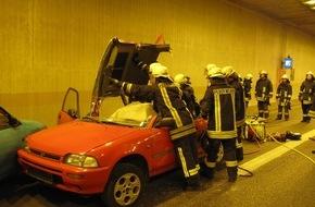 Feuerwehr Arnsberg: FW-AR: Einsatzkräfte üben den Ernstfall in Arnsberger Autobahn-Tunnel