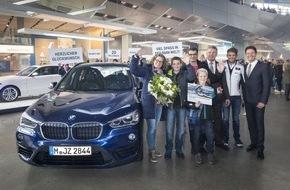 BMW Welt: 20.000.000 BMW Welt Besucher / Ein Jahr lang Fahrfreude mit einem BMW X1 für überraschte Jubiläumsgäste
