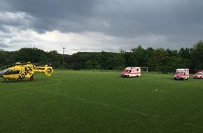 Polizeidirektion Kaiserslautern: POL-PDKL: Blitz schlägt aus heiterem Himmel auf Sportplatz ein - 33 Menschen wurden ins Krankhaus gebracht - Erste Nachtragsmeldung