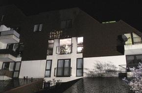 Feuerwehr Arnsberg: FW-AR: Arnsberger Feuerwehr rettet drei Menschen bei Brand in Mehrfamilienhaus