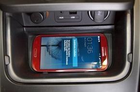 KIA Motors Deutschland GmbH: Induktive Smartphone-Ladestation für Kia ceed / Überarbeiteter Kia cee'd lädt Smartphone ohne Kabel