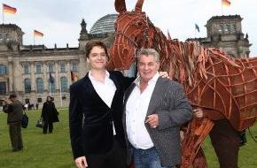 """Stage Entertainment Berlin: Heinz Hoenig kehrt auf die Theaterbühne zurück / Deutschlandpremiere von GEFÄHRTEN (""""War Horse"""") im Oktober in Berlin"""