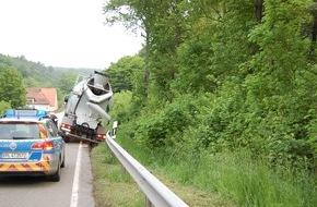 Polizeidirektion Kaiserslautern: POL-PDKL: Betonmischer an Schutzplanke festgefahren - Bergung dauerte mehrere Stunden