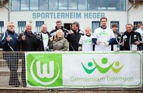 VfL Wolfsburg-Fußball GmbH: VfL Wolfsburg-Presseservice: VfL Wolfsburg unterstützt vom Hochwasser betroffenen TSG Calbe / Auch Klaus Allofs und Dieter Hecking packen tatkräftig an / Über 100 VfLer vor Ort