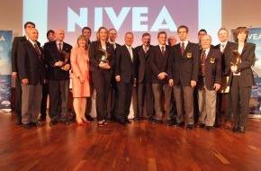 DLRG - Deutsche Lebens-Rettungs-Gesellschaft: NIVEA Delfin zum 20. Mal verliehen / Jubiläum für Lebensretter-Preis