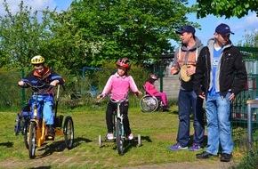Ford-Werke GmbH: Ford-Beschäftigte unterstützen 170 Kinder mit Handicap bei Förderschul-Triathlon (FOTO)