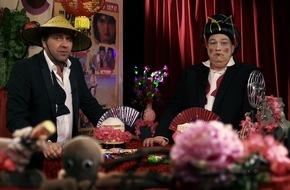 """Tele 5: """"Wir freuen uns wie zwei brünstige Bambusbären!"""" / Oliver Kalkofe und Peter Rütten präsentieren """"SchleFaZ: Der Dampfhammer von Send-Ling"""" am 24. Juli um 22:10 Uhr auf TELE 5"""