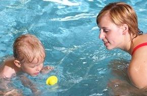 DLRG - Deutsche Lebens-Rettungs-Gesellschaft: Schwimmkurs-Gutschein zu Weihnachten / DLRG rät: Jetzt Schwimmen lernen