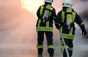 Feuerwehr Dorsten: FW-Dorsten: Holzkonstruktion und Kaminholz durch Feuer zerstört