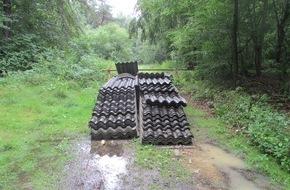 Polizeipräsidium Südhessen: POL-DA: Groß-Gerau: Rund 300 Quadratmeter Eternitplatten illegal im Wald entsorgt/Polizei sucht Zeugen