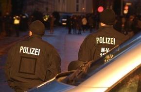 """ZDFinfo: """"Zwischen den Fronten - Die Polizei am Limit"""": Neue ZDFinfo-Doku und """"Info-Stammtisch"""" über gelungene und gescheiterte Integration von Flüchtlingen"""
