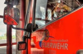 Feuerwehr Mönchengladbach: FW-MG: Sturmschaden - Dachteile beschädigen Fahrzeuge und Nachbardach