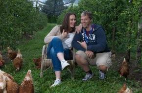 """VIER PFOTEN - Stiftung für Tierschutz: Internationales Fotoprojekt Click! inszenierte mit Tim Wielandt, Tanja Gutmann, Rekha Datta und Sängerin EVELYN """"Mehr Menschlichkeit für Tiere"""" auf dem Sonnenhof in Kleinwangen"""