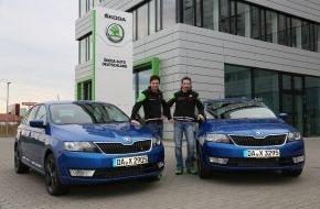 Skoda Auto Deutschland GmbH: SKODA Werksfahrer Sepp Wiegand und Frank Christian freuen sich über Rapid Spaceback