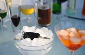 HUK-Coburg: Auto fahren und Alkohol passen nicht zusammen / Alkohol kann Versicherungsschutz kosten - Beifahrer: Mitverschulden möglich - auch Rad fahren schützt vor Strafe nicht