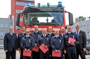 Feuerwehr Essen: FW-E: Feuerwehr-Dezernent Christian Kromberg verleiht Feuerwehr-Ehrenzeichen in Silber
