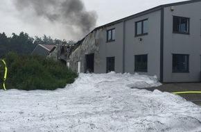 Freiwillige Feuerwehr Bedburg-Hau: FW-KLE: Drittmeldung: Brand eines kunststoffverarbeitenden Betriebs im Gewerbegebiet Bedburg-Hau