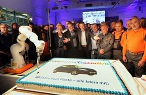 """Ford-Werke GmbH: Zur """"Fiesta"""" eine Jubiläumstorte: Mitarbeiter und Werkleitung feiern 40. Geburtstag des in Köln produzierten Kleinwagens"""