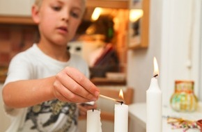 AXA Konzern AG: Alle Jahre wieder: Mit Kindern den sicheren Umgang mit Kerzen üben