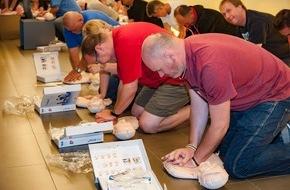 Schweizerische Herzstiftung: Über 100 freiwillige Helfer des SCB in Lebensrettung geschult / Gewappnet für den Notfall