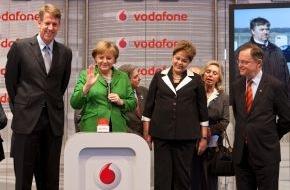 Vodafone GmbH: CeBIT Rundgang: Fritz Joussen und Angela Merkel starten LTE in ostdeutscher Gemeinde / Kanzlerin startet live von der CeBIT das schnelle Internet für Möllenhagen (mit Bild)