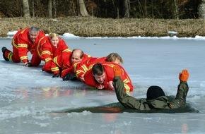 DLRG - Deutsche Lebens-Rettungs-Gesellschaft: Umso dünner das Eis desto größer die Gefahr / Die DLRG warnt vor zu frühem Gang auf gefrorene Gewässer