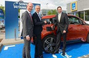 RWE Effizienz GmbH: Günstig einkaufen - kostenlos Strom tanken / ALDI SÜD nimmt in Frankfurt am Main kostenfreie Schnellladesäulen für Elektrofahrzeuge in Betrieb