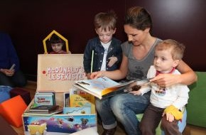 McDonald's Kinderhilfe Stiftung: Nazan Eckes liest kleinen Patienten aus der McDonald's Lesekiste vor