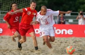 Vodafone GmbH: Michael Schumacher und Felipe Massa genossen eine Partie Strandfußball bei der Vodafone Beach Soccer Challenge