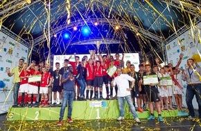 LIDL: Lidl-Deutschlandcup: Höllenhunde und Heide Kicker sind Deutsche Meister / Turnierpaten Hans Sarpei und Mario Kotaska gratulieren beim großen Finaltag in Berlin den Teams zum Sieg