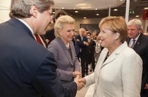 Schaeffler: Angela Merkel auf dem IAA-Messestand von Schaeffler / Mobilität für morgen: Schaeffler auf der IAA 2015 in Frankfurt