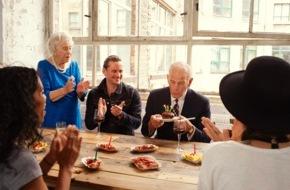 Airbnb Deutschland: Königlicher Staatsbesuch: Berliner Queen steht auf Currywurst-Pommes / Mehr Berlin geht nicht - Diese zwei Gäste wissen, wie man sich auf Reisen Zuhause fühlen kann