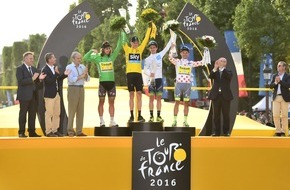 Skoda Auto Deutschland GmbH: Tour de France Sieger Christopher Froome reckt SKODA Kristallglas-Trophäe gen Himmel