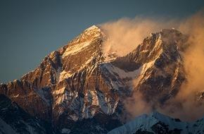 Panasonic Deutschland: So scharf wie nie: Der Gipfel des Mount Everest / Deutsche Expeditionsfilmer produzieren die weltweit ersten 4K-Bilder vom höchsten Punkt der Erde - Panasonic liefert die Technik