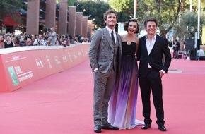 Constantin Film: Stars, Blitzlichtgewitter und glückliche Fans: LOVE, ROSIE in Rom auf dem Filmfestival