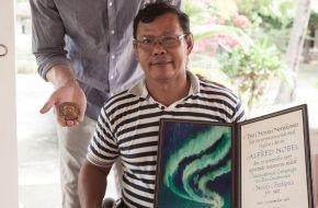Handicap International: Das Model und der Friedensnobelpreisträger / Modell mit Prothese Mario Galla begegnet in Kambodscha Landminen-Überlebenden und Aktivisten