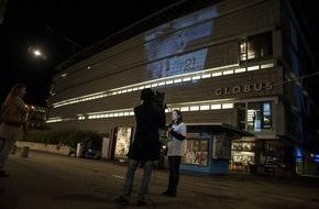 """VIER PFOTEN - Stiftung für Tierschutz: VIER PFOTEN schlägt Alarm: Fuchswelpe Kimi bleiben nur noch wenige Wochen zu leben / Aktion gegen Pelzindustrie in Zürich: Projektion von """"Kimi"""" auf ein Zürcher Warenhaus"""