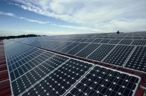 Greenpeace Energy eG: Größte Fotovoltaikanlage eines Ökostrom-Anbieters am Netz / Greenpeace energy eG stellt bei Augsburg 1,56 MWp-Aufdachanlage fertig